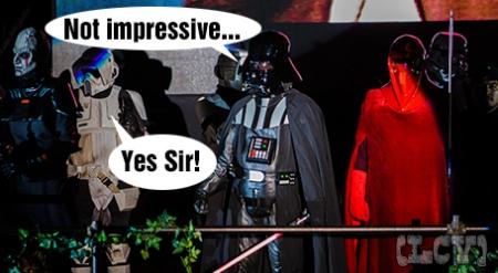 Vader observaba silenciosamente mientras el caos reinaba en las gradas.